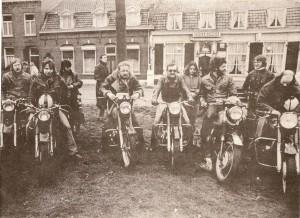 Mijn Matchless en ik, september 1976. Naast mij allemaal jongemannen en -vrouwen die beter konden sleutelen dan ik.