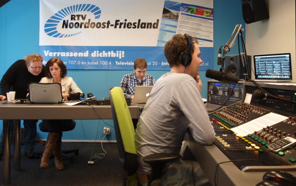 Studio RTV NO-Friesland, Weekend Nieuwsshow. @Nijsfamke aan het werk met haar collega's