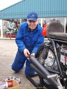 Joop van der Have sleutelt aan zijn Honda. Foto: Inge van Hesteren