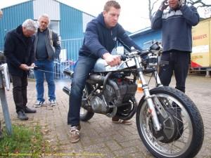 Niek Leeuwis, runner up in het ONK 2010, test zijn Suzuki 500. Foto Inge van Hesteren