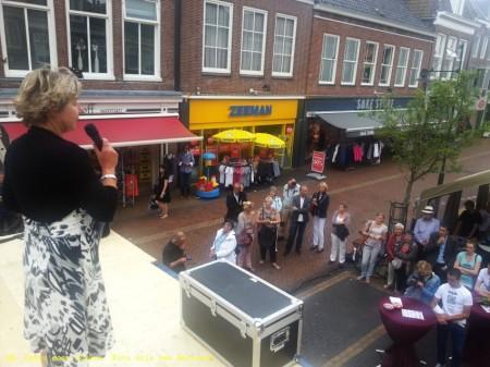 QR - Dwars door Dokkum. Burgermeester Marga Waanders legt uit hoe het werkt.