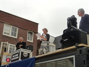 Openingswoord, bovenop het dak van de glazen container. Van links naar rechts, zonder hoogtevrees: Gijs van Hesteren (Kabelnoord), Marga Waanders (burgemeester), Bram Borstlap (DongeraDichter). Foto Nofcom.