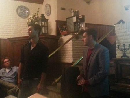 Jorrit en Gradus spreken een volle zaal toe in Hotel Duinzicht op Schier. Foto Gijs