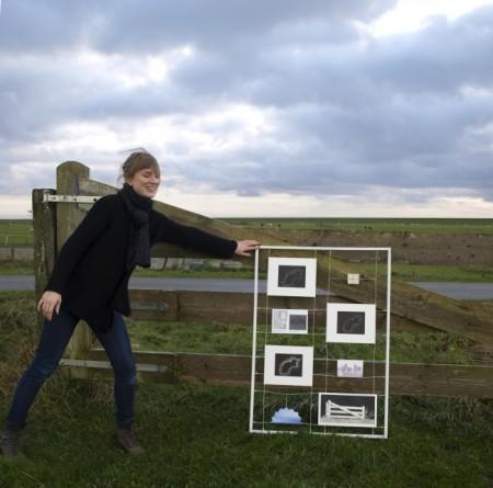 Medialab Ameland. Kunstenares Astrid Nobel kadert de open ruimte van het Amelander buitengebied. Foto Festina Lente, Inge van Hesteren