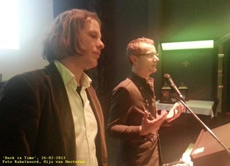 Projectpartners Tim Laning van Grendel Games en scenarioschrijver en gamegoeroe Rogier Kahlmann geven een toelichting aan de zaal. Foto Kabelnoord, Gijs van Hesteren