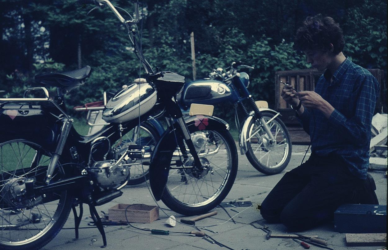 Ik had net 'Easy Rider' gezien in de aula van het internaat. Ik wilde ook een hoog stuur. Met grote ontzetting vroeg mijn vader wat me in godsnaam bezielde dat ik het oude stuur ging vervangen. (Foto: Els van Hesteren, mijn moeder)