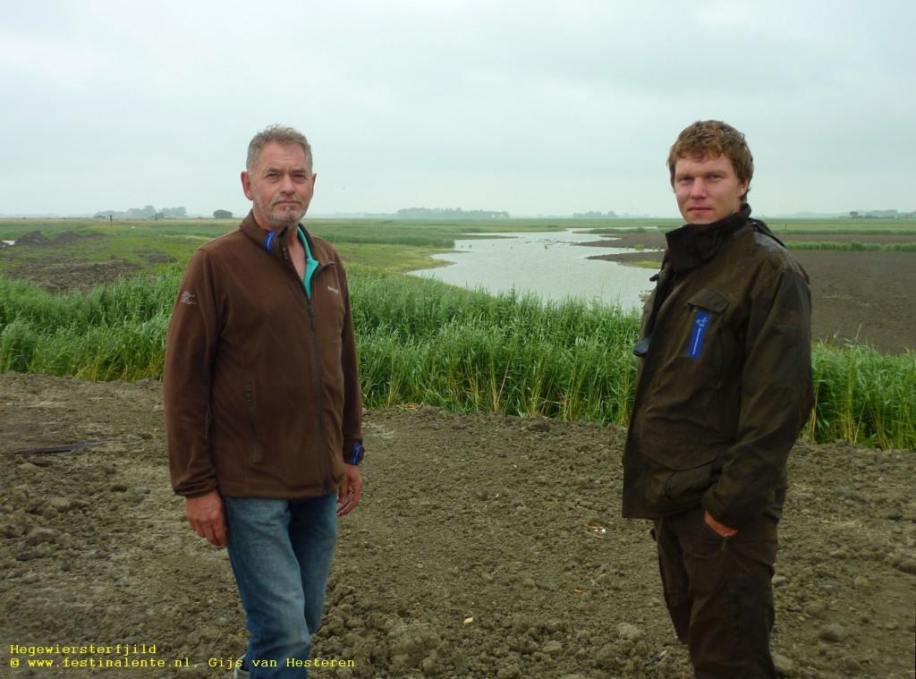 """""""Vandaag wandelen we door een modderige vlakte, maar nu de natuur de kans krijgt zal het er snel heel anders uitzien."""" V.l.n.r.: Sander Veenstra, Hessel Klijn, Maikel de Wolff."""