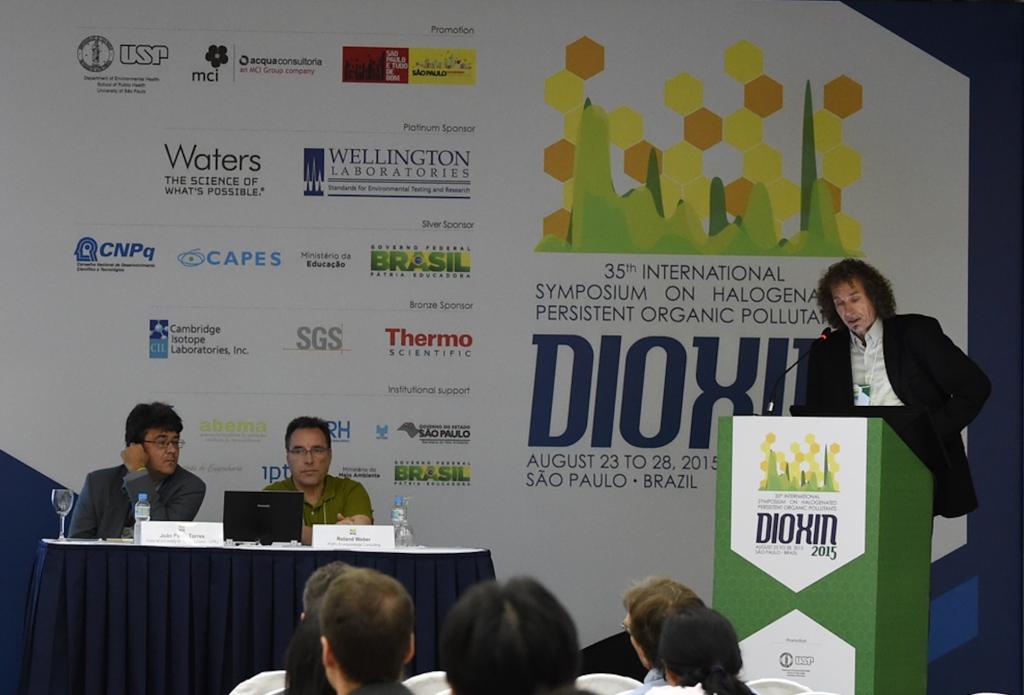Arkenbout presenteert het onderzoek van Toxicowatch voor een internationaal wetenschappelijk gezelschap. Foto: Toxicowatch.