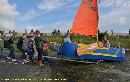 Bij gebrek aan een Noordzeestrand doet de trailerhelling in de Harlinger Vluchthaven dienst. Met vereende krachten gaat de Harnser bom te water.