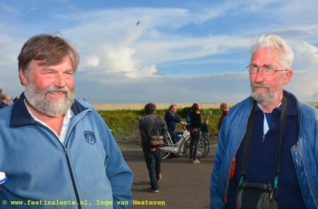 """Freek Wietsma (links): """"Ik heb geholpen met de zwaarden en het roer. Ik ben pas scheepsbouwmeester geworden na mijn pensioen. Mijn vader, die was ansjovis- en haringvisser. Toen die vis hier nog voorkwam werkte hij langs de Waddendijk met fuiken. Gevaren heb ik bij de marine, vandaar mijn interesse."""" Rechts Wybe Kuypers, """"Ik ben begonnen op de ambachtsschool en reed mijn hele leven op de vrachtwagen. De laatste vijf jaar heb ik hier ontzettend veel opgestoken over de scheepsbouw van vroeger."""""""