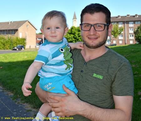 Nedal met zijn vader Mahmoud, op straat voor het Maastrichtse flatje.
