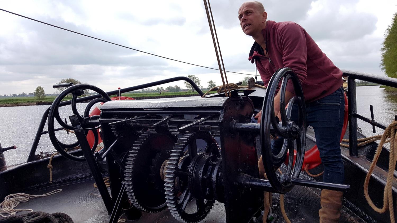 Tsjerk Hesling Hoekstra, schipper van de Willem Jacob: 'Bij het jagen en bomen strijken we de mast. Dat scheelt enorm in de windvang.' (Foto: Gijs van Hesteren)