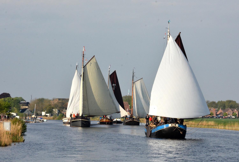 Aan het begin van de wedstrijd verlaten de deelnemende schepen één voor één Blokzijl. (Foto: Gijs van Hesteren)