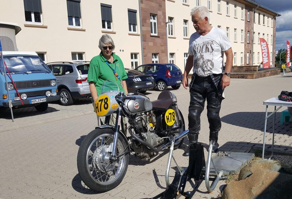 """Na de val van de Muur trok hij naar het Westen, maar het hart van Bernd-Michael Zschemisch ligt nog altijd bij de oude Oostblokmotoren. """"Bij evenementen in de voormalige DDR hebben we soms wel twintig van deze Simson AWO RS250's bij elkaar"""", vertelt hij enthousiast."""