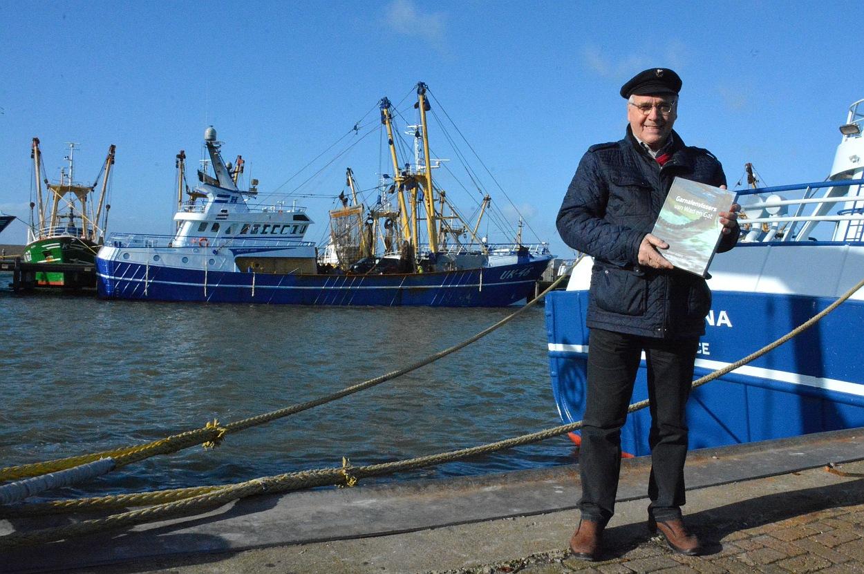 'Met mijn boek wil ik de mensen aan het denken zetten'. De kade in de Harlinger Visserijhaven ligt vol met kotters, want deze week houden de Urkers hun Biddag. Ze maken tijd vrij voor onderhoud en de pulsvissers reizen af naar Den Haag. (Foto: Gijs van Hesteren)