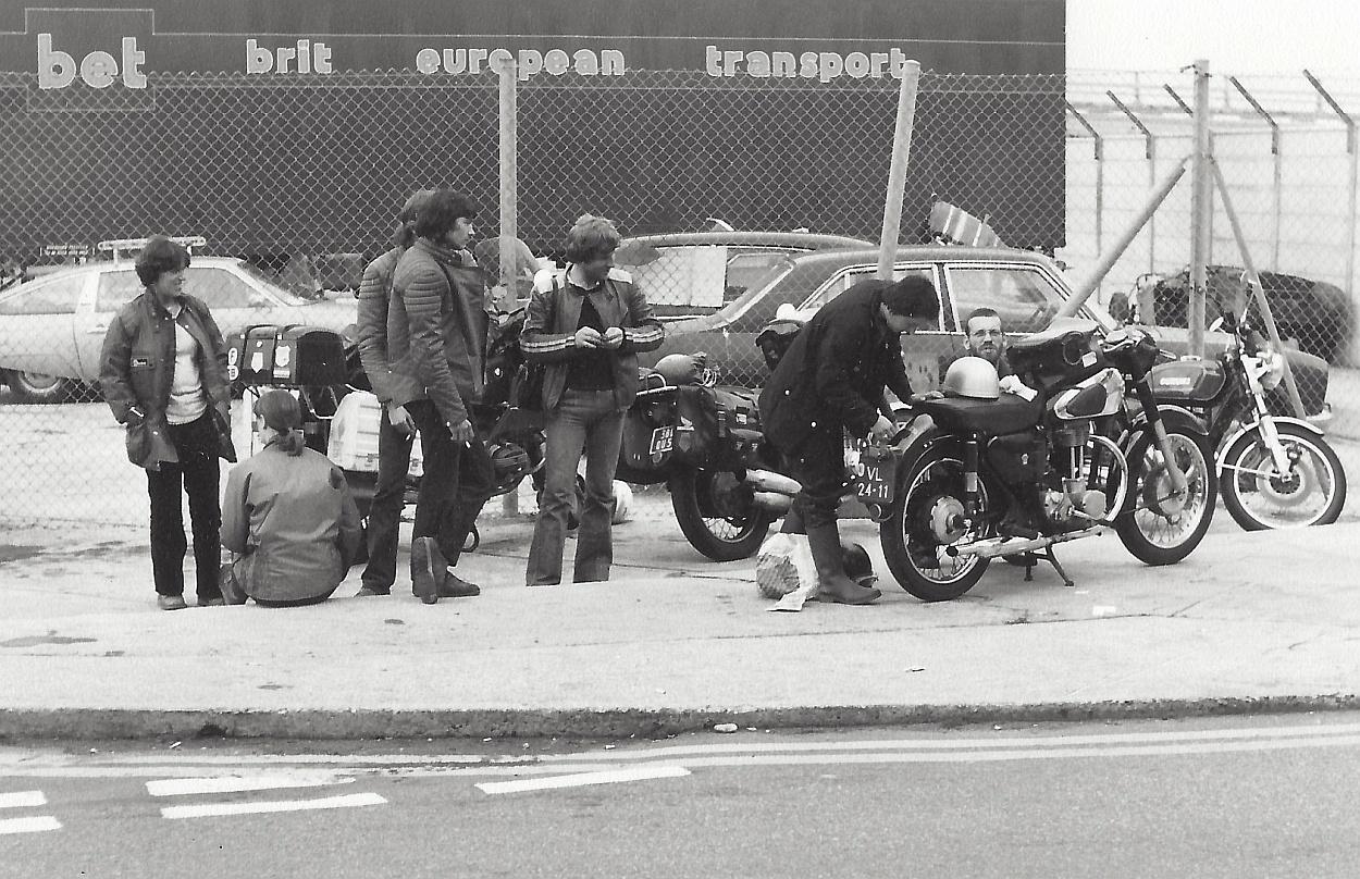 Engeland, 1975. Met de 1959 Matchless G3 in de berm.