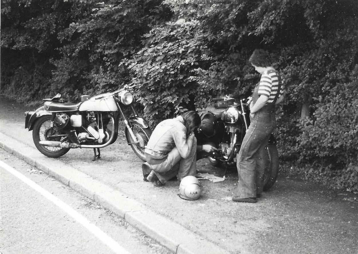 Engeland, 1975. Panne aan de 1959 Matchless G3.