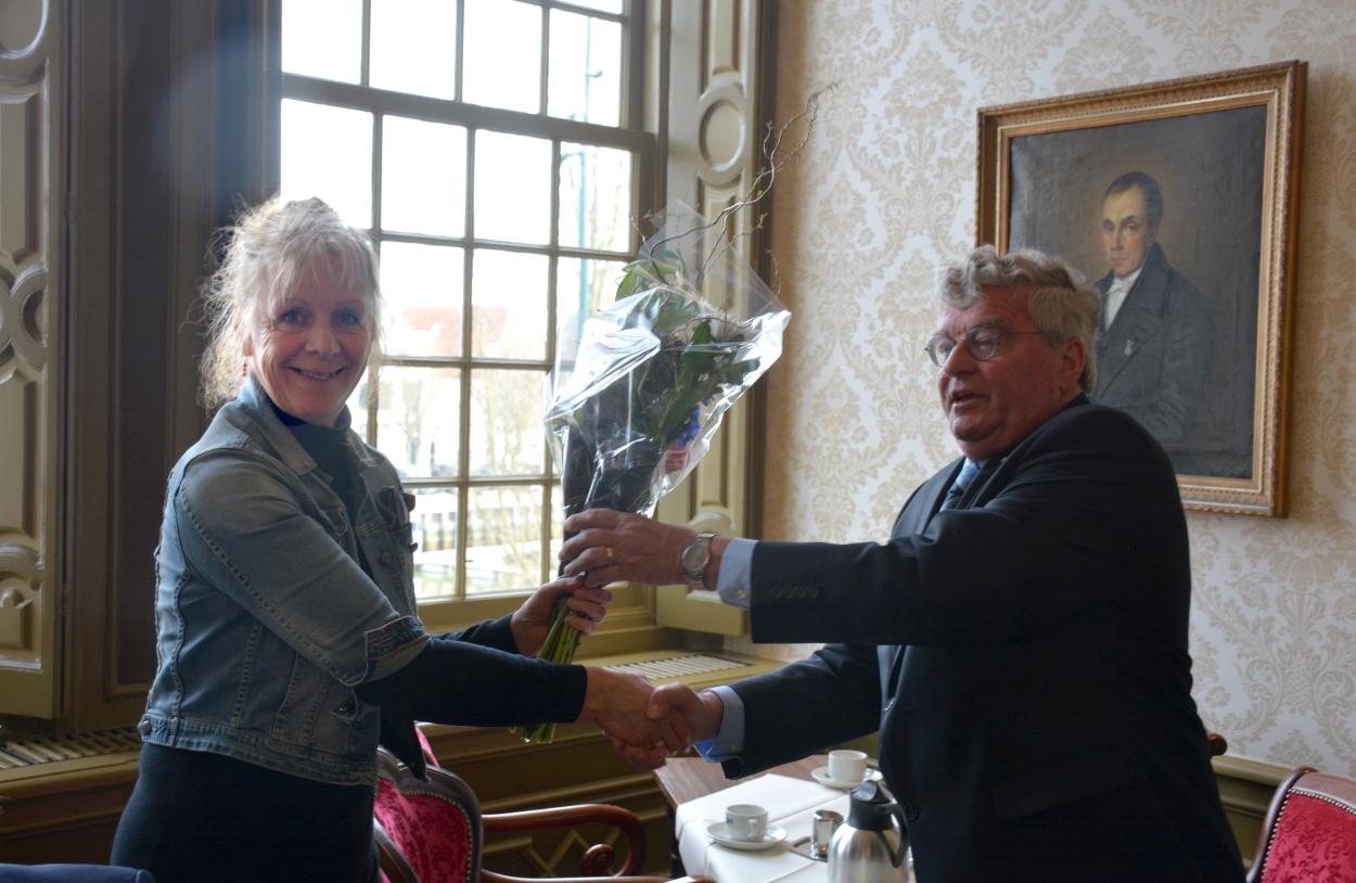 Een speciale vermelding en bloemen kregen twee mensen die zich de afgelopen decennia bijzonder hebben ingezet voor het algemeen belang van de zeilchartervaart: Frans Kochx en Agnes Zonneveld. Kochx trad nu af, na meer dan negentien jaar als vicevoorzitter van de VBZH en Agnes Zonneveld is al twintig jaar vooral de drijvende kracht achter de Harlinger Vlootdag.