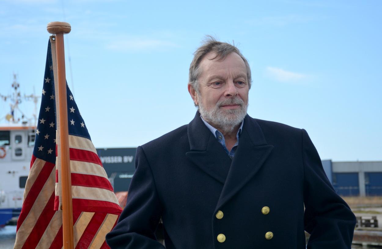 Projectleider Peter Kieft: 'We hebben heel lang gezocht naar een Amerikaanse vlag met 48 sterren, want zo was dat toen.' (Foto: Gijs van Hesteren)