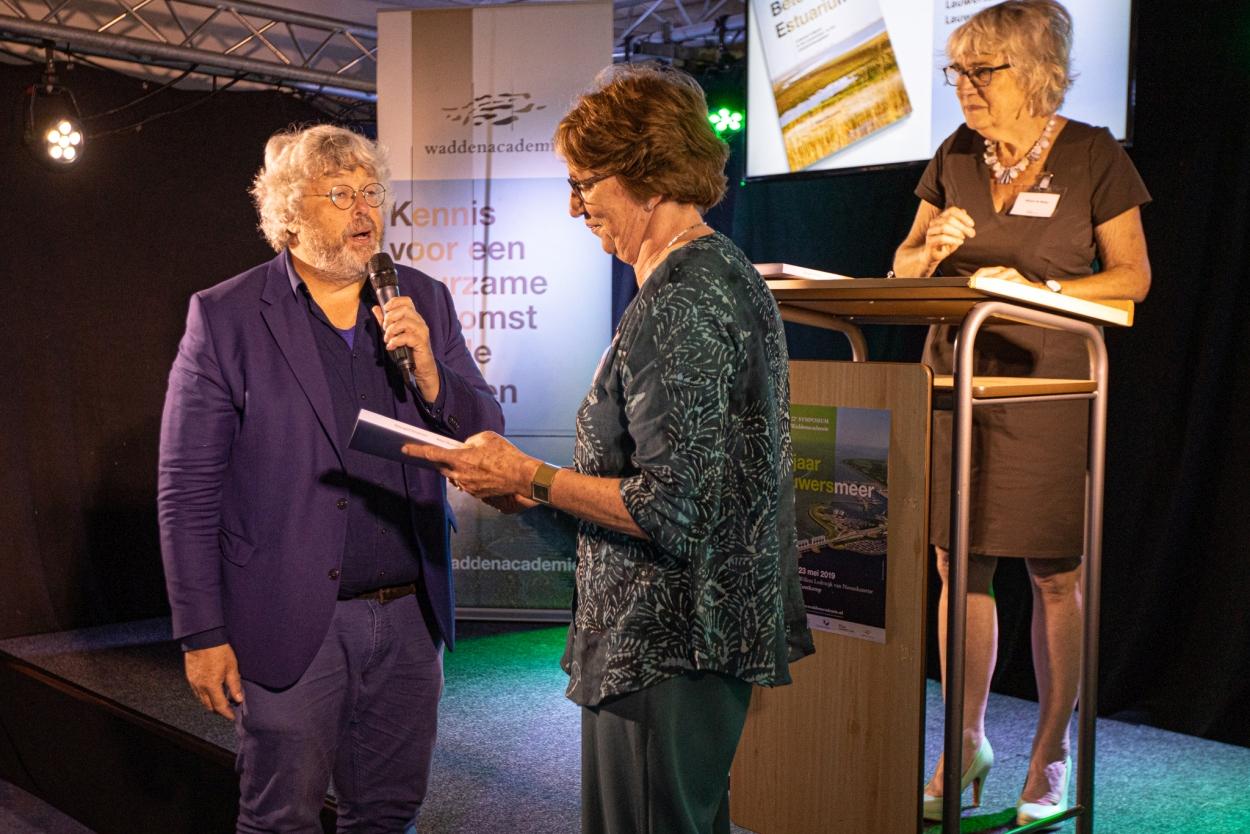 Buursma overhandigt zijn boek 'Beteugeld estuarium' aan Alexandrien van der Burgt-Franken. (Foto: Lucas Kemper)