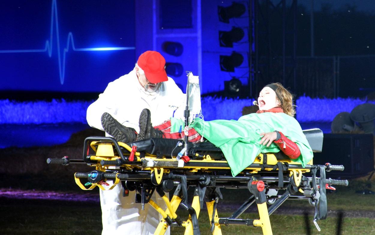 'Het moet er maar af, dat been', zegt dokter Derweduwen na Julia's scooterongeluk.