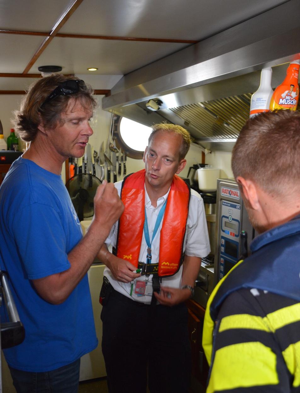 Thom Bijkersma (midden) is best te spreken over de kombuis van het 'Wapen fan Fryslân'. Links schipper Erik van Aken. (Foto: Gijs van Hesteren)