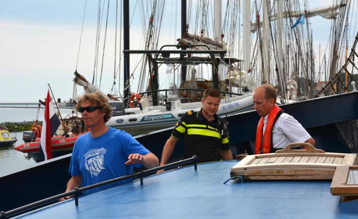 Na inspectie van de papieren maakt inspecteur Thom Bijkersma (rechts) een ronde over het schip, samen met Beer van der Heide van de Landelijke Eenheid en schipper Erik van Aken. (Foto: Gijs van Hesteren)