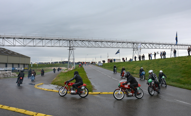 In een regenachtig Zeeland is de 250cc-klasse op weg van de opstelfuik (met uitzicht op het Kanaal door Walcheren) naar de startopstelling.(Foto's: Gijs van Hesteren)