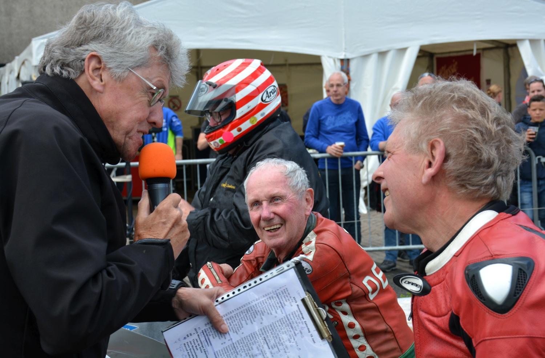 In één beeld: twee kampioenen van weleer, Jan de Vries en Jos Schurgers. Omroeper Jan de Rooij ondervraagt hen op de startlijn. Op de achtergrond, met helm, Jan Kostwinder, zes maal deelnemer aan de TT van Isle of Man.
