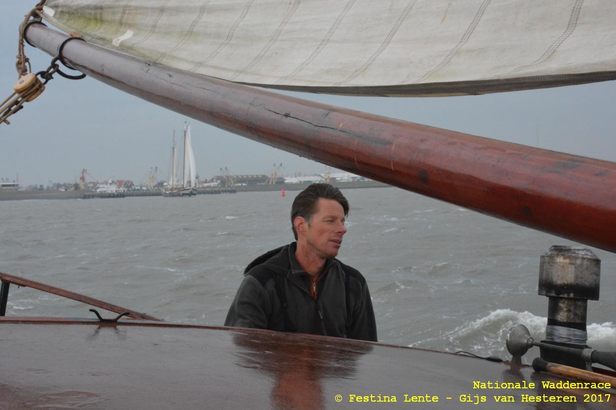 Remco Visser, met de zojuist aangetikte haven van Oudeschild op de achtergrond.
