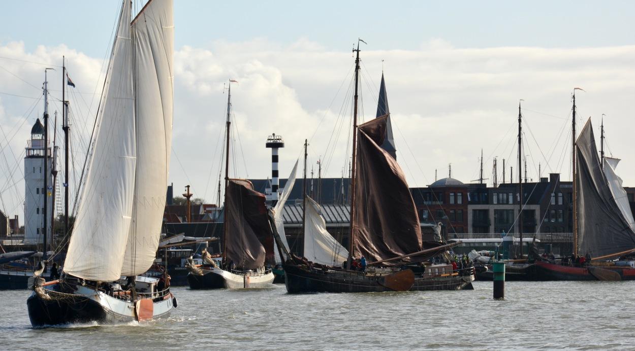 Maandagochtend, hoogwater. Klokslag tien uur hijsen onder meer de Hollandia, de Voorwaarts, de Willem Jacob en de Boreas de zeilen, voor de 25ste editie van de Slag in de Rondte.  (Foto: Gijs van Hesteren)