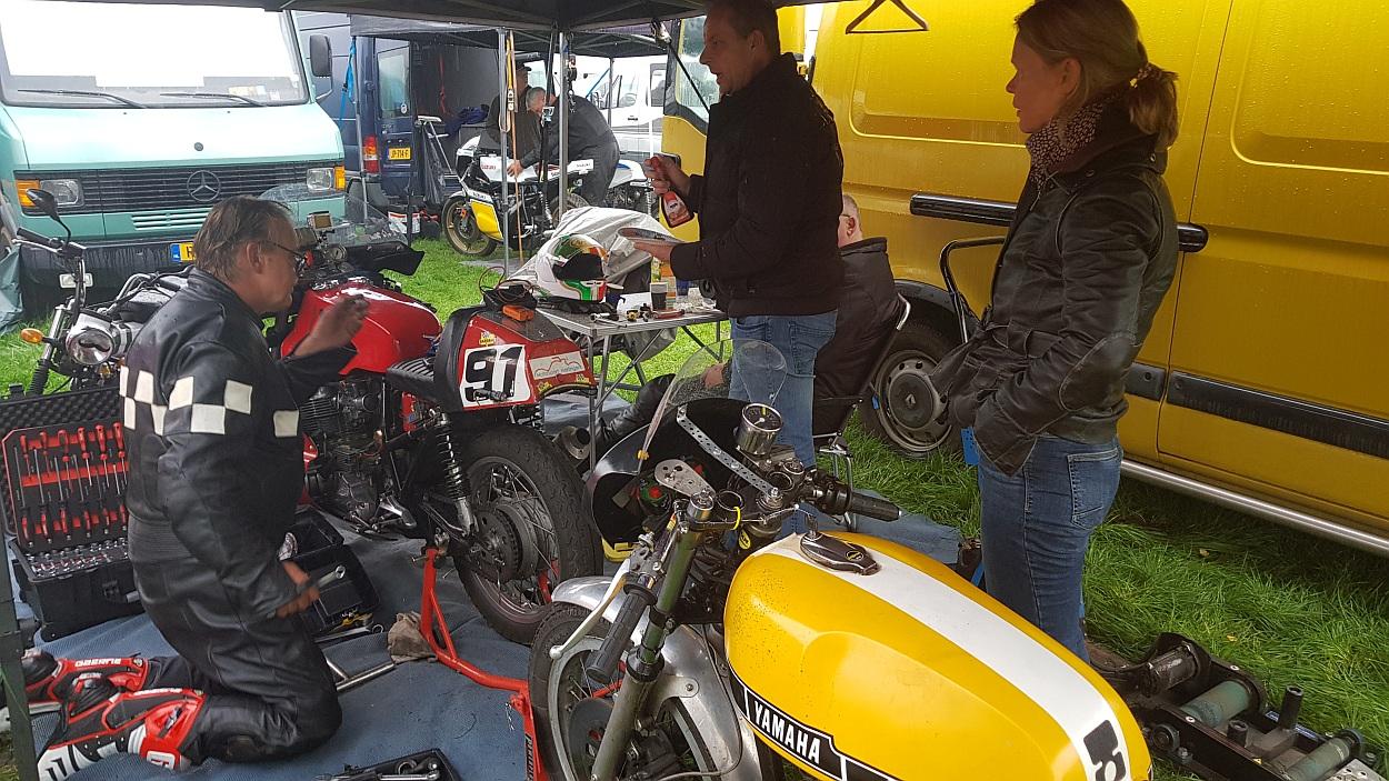 Helemaal rechtsonder de paddockstarter, die dit weekend definitief de geest gaf. (foto: Gijs van Hesteren)
