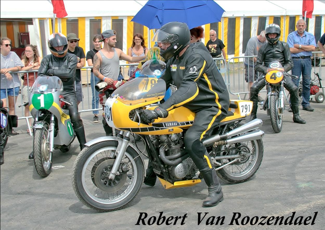 In het parc fermé van Chimay, afgelopen juli. De motor heeft een door Hans Peter versterkt frame en achtervork, Yamaha XS750-tank, Dell'Orto 36 mm carburateurs, 277-krukas, racenokkenas, 10,5 op 1 zuigers, 750cc-cilinderblok, HR-oliepomp, aangepaste koppeling, Pamco elektronische ontsteking. (Foto: Robert van Roozendaal)
