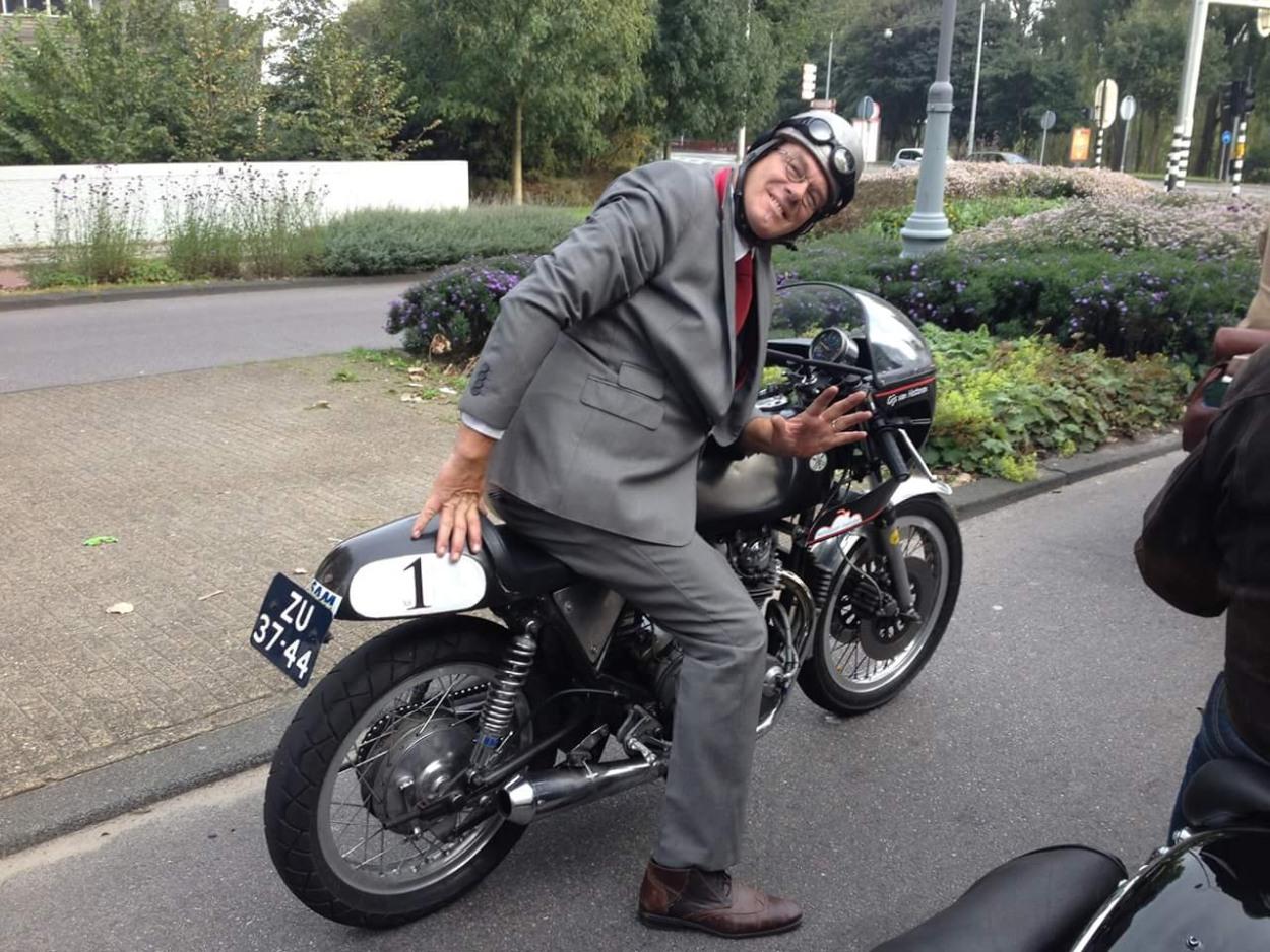Distinguished Gentlemen's Ride in Amsterdam, 2015. De motor heeft nog altijd een kenteken en ik heb hem voor de weg verzekerd. Het is echter een grote marteling om met deze getunede XS, met zijn extreme zit, langzamer te rijden dan vol gas. (Foto: Inge van Hesteren)