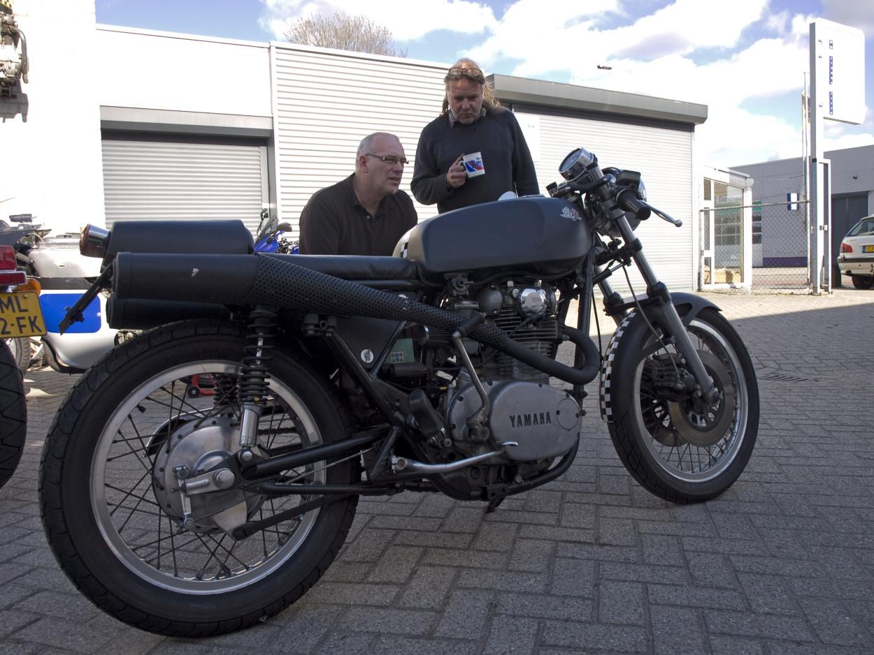 Bij AZ Motoren in Best, augustus 2010. Zo kocht ik de motor van Hans Peter (rechts). (Foto: Inge van Hesteren)