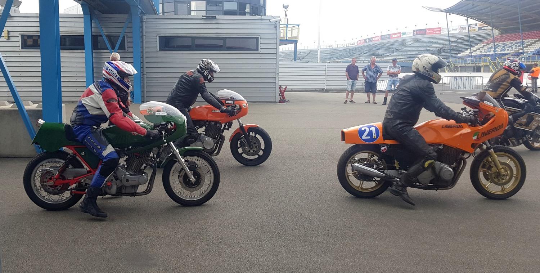Mijn Yamaha was de enige XS-twin, maar er waren meer interessante motoren op de baan. De Laverdaclub was met een tiental deelnemers komen opdagen. (Foto: Gijs van Hesteren)