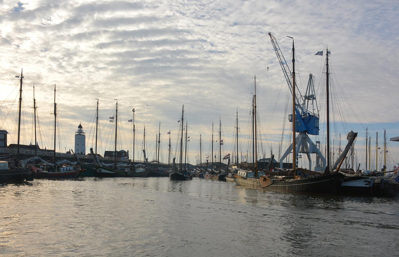 Het Dokje, Harlingen. De gemeente stelt de vloot over heel 2020 vrij van haven-, kadegelden en van toeristenbelastingen. (Foto: Gijs van Hesteren)