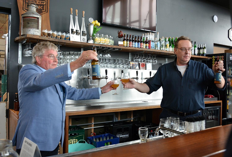 Bij de aftrap van de actie 'Red de vloot' heffen VBZH-voorman Paul Scheffer (links) en wethouder Paul Schoute (rechts) het eerste glas speciaalbier van brouwerij Het Brouwdok. (Foto: Gijs van Hesteren)